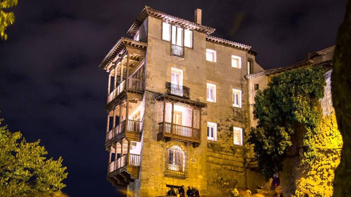 Casas colgadas en Cuenca de noche